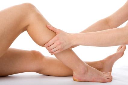 Ruční lymfodrenáž nohou masérem