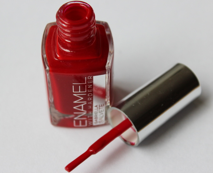 gabriella-salvete-cerveny-lak